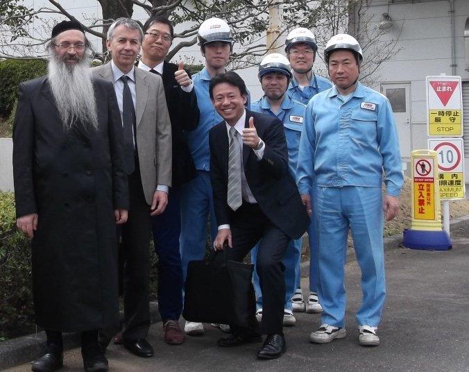 Rabbin Padwa dans une usine de production d'huiles de poisson au Japon
