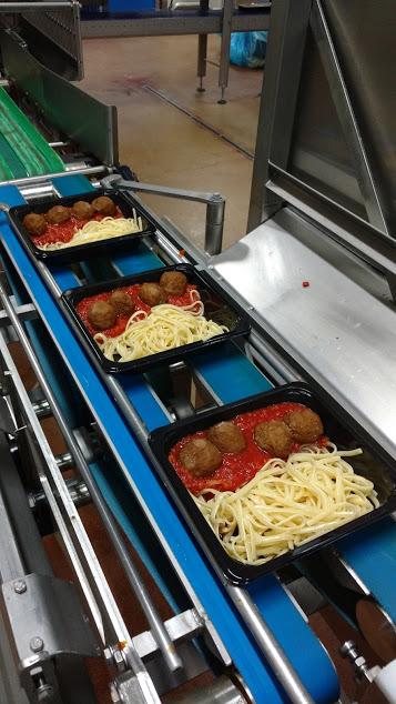 Production de boulettes de viande, avec pâtes à la sauce tomate, production aux Pays Bas