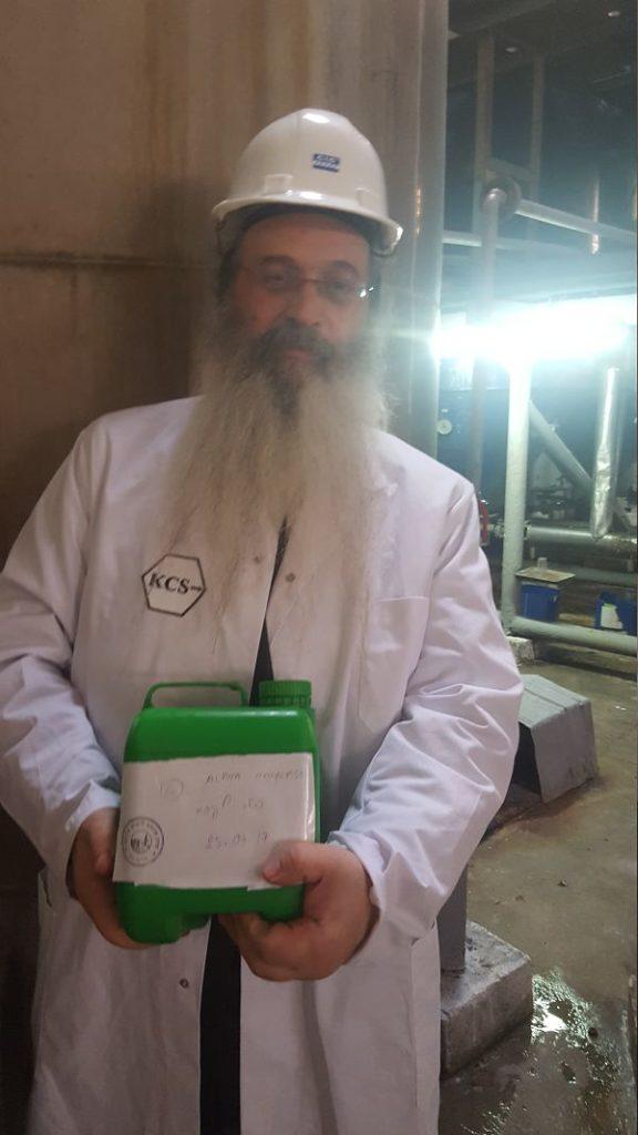 Rabbin Padwa en Indonésie, sur le sîte d'une production de glucose